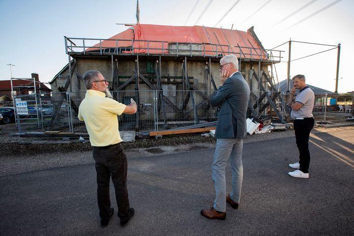 Architect Peter van Velzen (links) van Restauro praat wethouder Piet Vreugdenhil bij over de restauratie van de Vlietwoning. Rechts bestuurslid Mark Zwinkels.