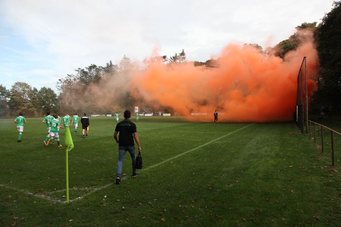 Amateurvoetbalwedstrijd Vrederust-VV'68. Vuurwerk aan het begin van de wedstrijd. Foto Pix4Profs/Leo Adriaansen