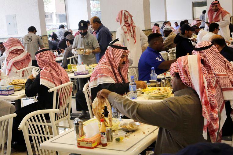 Saoediërs ontbijten op de mannenafdeling van een restaurant in de hoofdstad Riyad. Vrouwen mogen restaurants voortaan via dezelfde ingang betreden.  Beeld Amr Nabil / AP