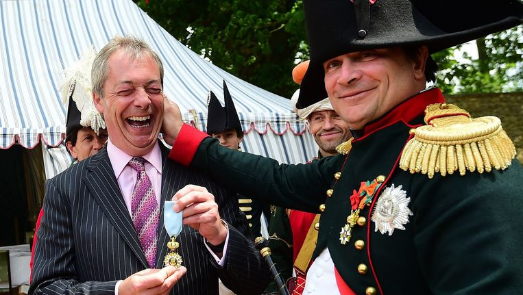 Napoleon trekt Nigel Farage aan de oren.