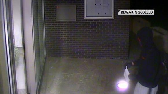 De verdachte werd om 3.02 uur aan de ingang van Veiligheidscentrum de Marly gefilmd, met de dreigbrief nog in zijn handen.