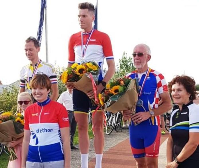 Wethouder Gerrit Knol (tweede van rechts) op het podium.
