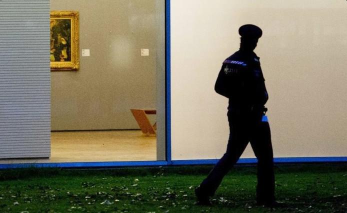 Een politieagent voor het gebouw van de Rotterdamse Kunsthal.