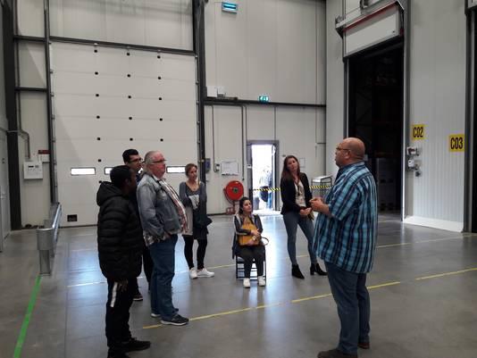 Werkzoekenden op bezoek bij bedrijven in de regio tijdens de roadtrip van gemeenten Boxmeer en Sint Anthonis. Paul Bouwmeester (rechts) geeft tekst en uitleg over het warehouse.