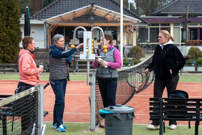 Speelsters op tennispark Dieren.