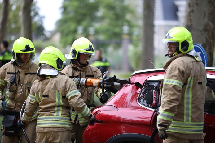 Brandweerlieden knipten na overleg met ambulancepersoneel het dak van de bolide.