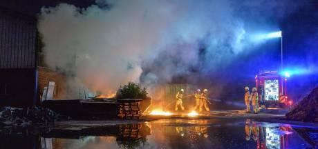 Audi A7 brandt volledig uit op afgesloten bedrijventerrein in Apeldoorn, brandstichting wordt niet uitgesloten