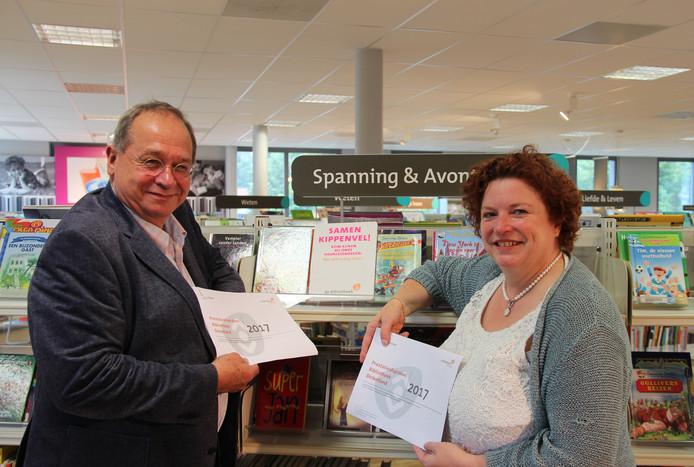 Wethouder Ilse Duursma en bibliotheek-voorzitter Coen Hamers na de ondertekening van de afspraken.