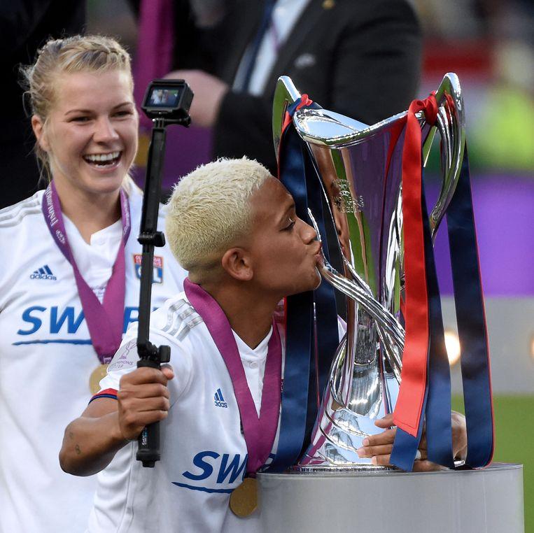 De Noorse Ada Hegerberg en de Nederlandse Shanice van de Sanden na de Champions League-winst eind mei tegen FC Barcelona. Het werd 4-1
