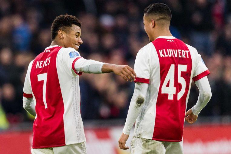 David Neres (links) en Justin Kluivert zijn tevreden na een doelpunt van Neres Beeld null