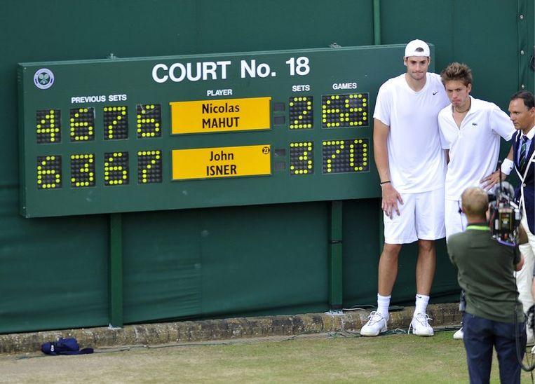De twee tennissers verbeterden ruimschoots het record van de langste wedstrijd ooit. Foto AP Beeld