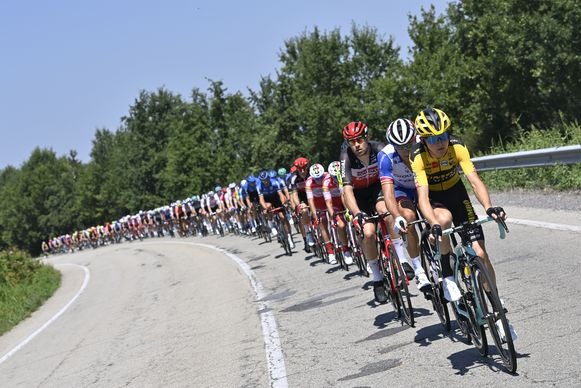 Het peloton zet koers richting Sanremo.