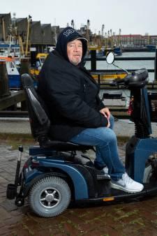 Scootmobiel van Scheveningse Obelix zit elke morgen 'onder de zeik': 'Ga ik dan weer, met mijn gietertje'