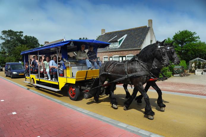 Met een paardentram werd de nieuwe weg door Buttinge officieel geopend.