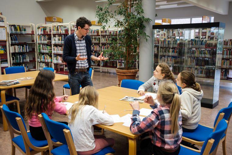 De leerlingen van het vijfde leerjaar van de Blokkendoos bezoeken de poëziefiets in de bibliotheek. Nadat de kinderen hun woorden uit de fiets gereden hebben, mogen ze aan de slag om een gedicht te schrijven.