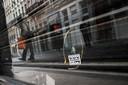 Een foto van de inslag van spijkers en moeren in een vitrine van een winkel nabij de getroffen bakkerij Brioche Dorée in Lyon.