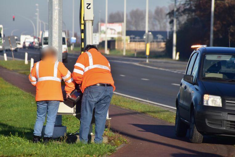 De camera's worden regelmatig verplaatst van de ene flitspaal naar de andere, zoals deze voormiddag op het kruispunt van de R32 met de Iepersestraat, maar telkens moet de juiste maximumsnelheid worden ingesteld.