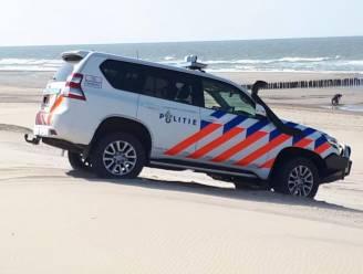 Politie heeft handen vol met 'wandelaars' die cocaïne zoeken op het strand