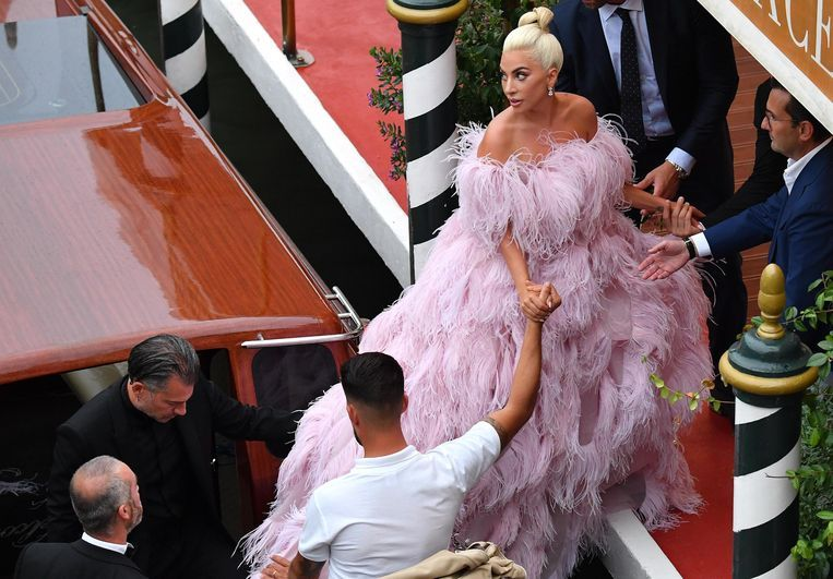 Lady Gaga arriveert in roze verenjurk op het Lido. Beeld EPA