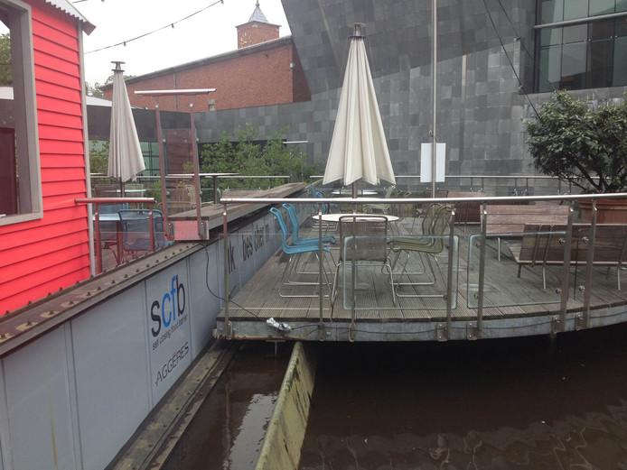 De waterkering bij het van Abbemuseum in Eindhoven is omhoog gezet vanwege het hoge water.