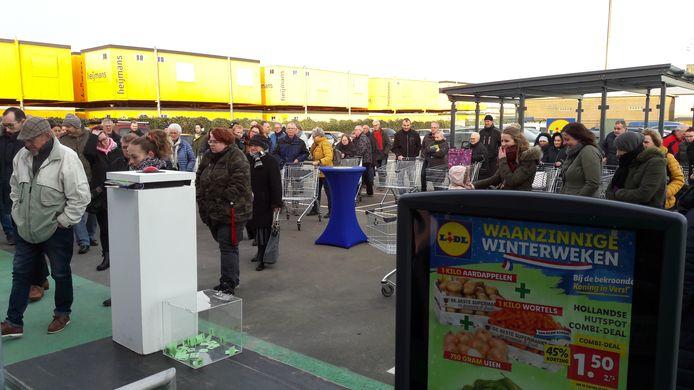 In de rij voor de nieuwe Lidl aan de Steenweg in Zaltbommel.