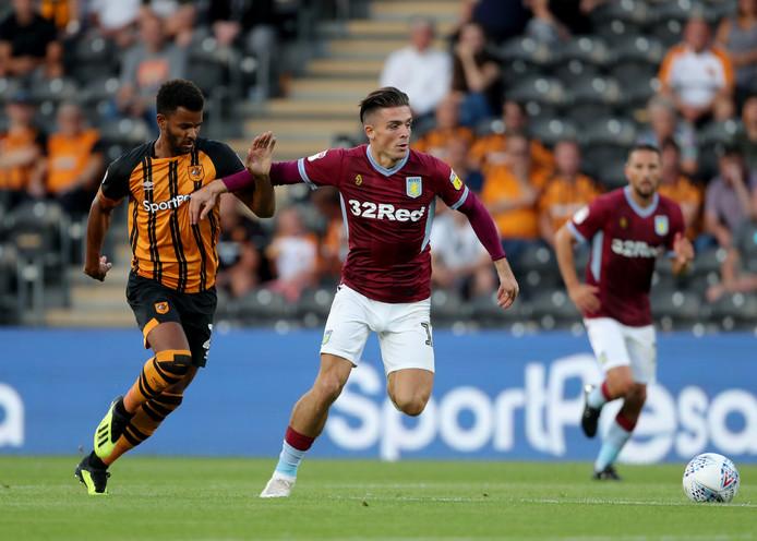 Aston Villa-spelmaker Jack Grealish houdt Hull City-spits Fraizer Campbell van zich af.