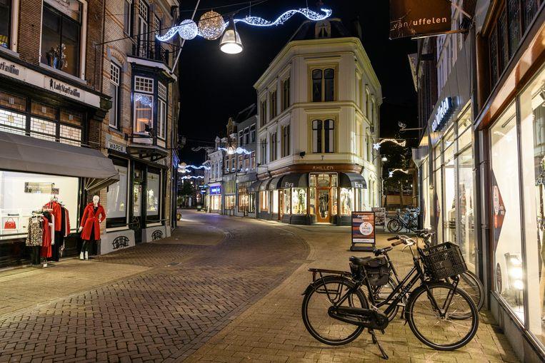 Koopavond in een uitgestorven Luttekestraat in Zwolle. Beeld Getty Images