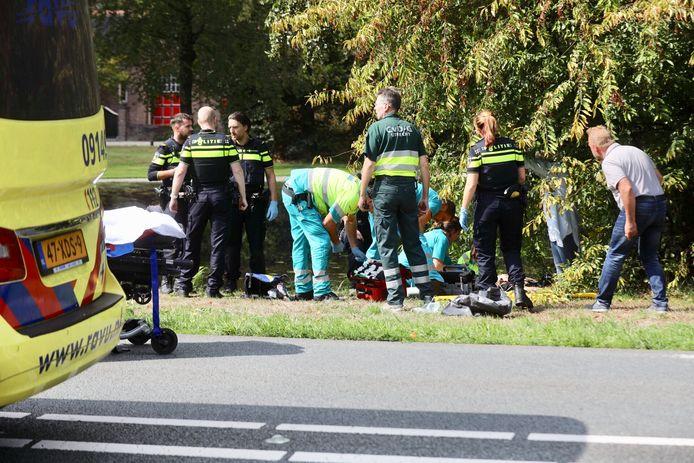 Hulpverleners ontfermen zich over de zwaargewonde politieman.