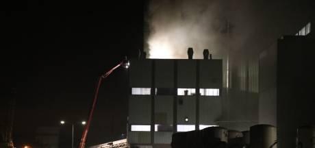 Grote brand bij diervoederfabrikant in Poederoijen