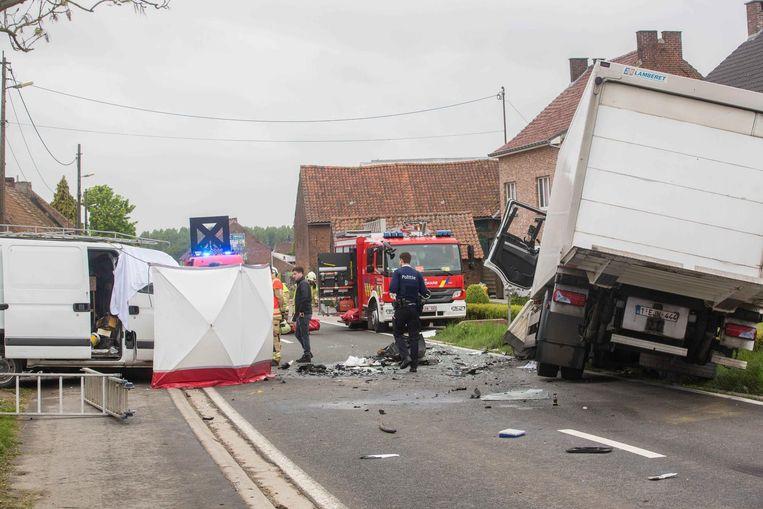 Brokstukken van de vrachtwagen en bestelwagen liggen verspreid over de weg