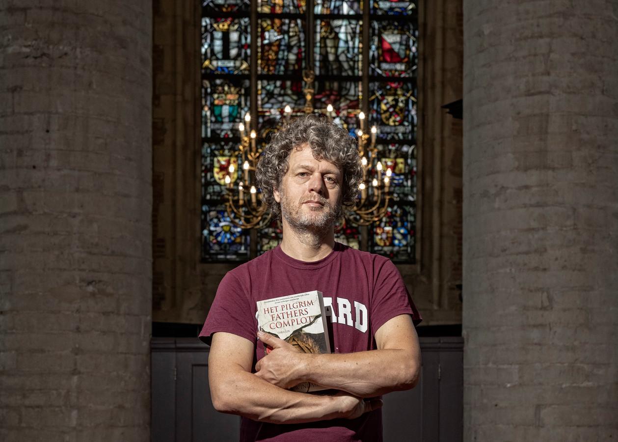 Thrillerschrijver Jeroen Windmeijer in de mystieke Pieterskerk in Leiden.