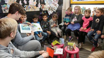 Jongeren lezen voor aan leerlingen Oscar Romerocollege