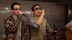 Vermomde Maroon 5 en Jimmy Fallon verrassen New Yorkse pendelaars met fantastisch miniconcert