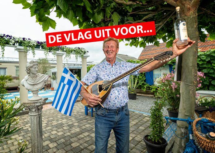 Griekenland-gek Louis Hogervorst met bouzouki, vlag en ouzo.
