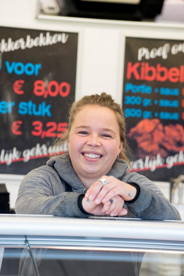 Saffira Brouwer uit Tiel staat in de viskraam in Meteren.
