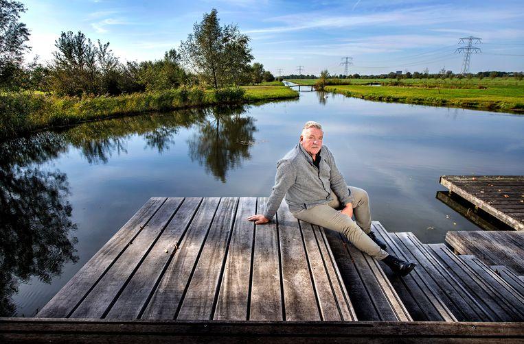 Frans van Seumeren, eigenaar van FC Utrecht, op het terras van zijn huis.  Beeld Klaas Jan van der Weij / de Volkskrant