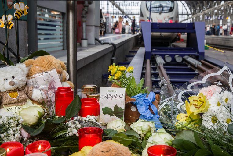 Mensen leggen bloemen en knuffelberen aan spoor 7 waar het jongetje het leven liet.