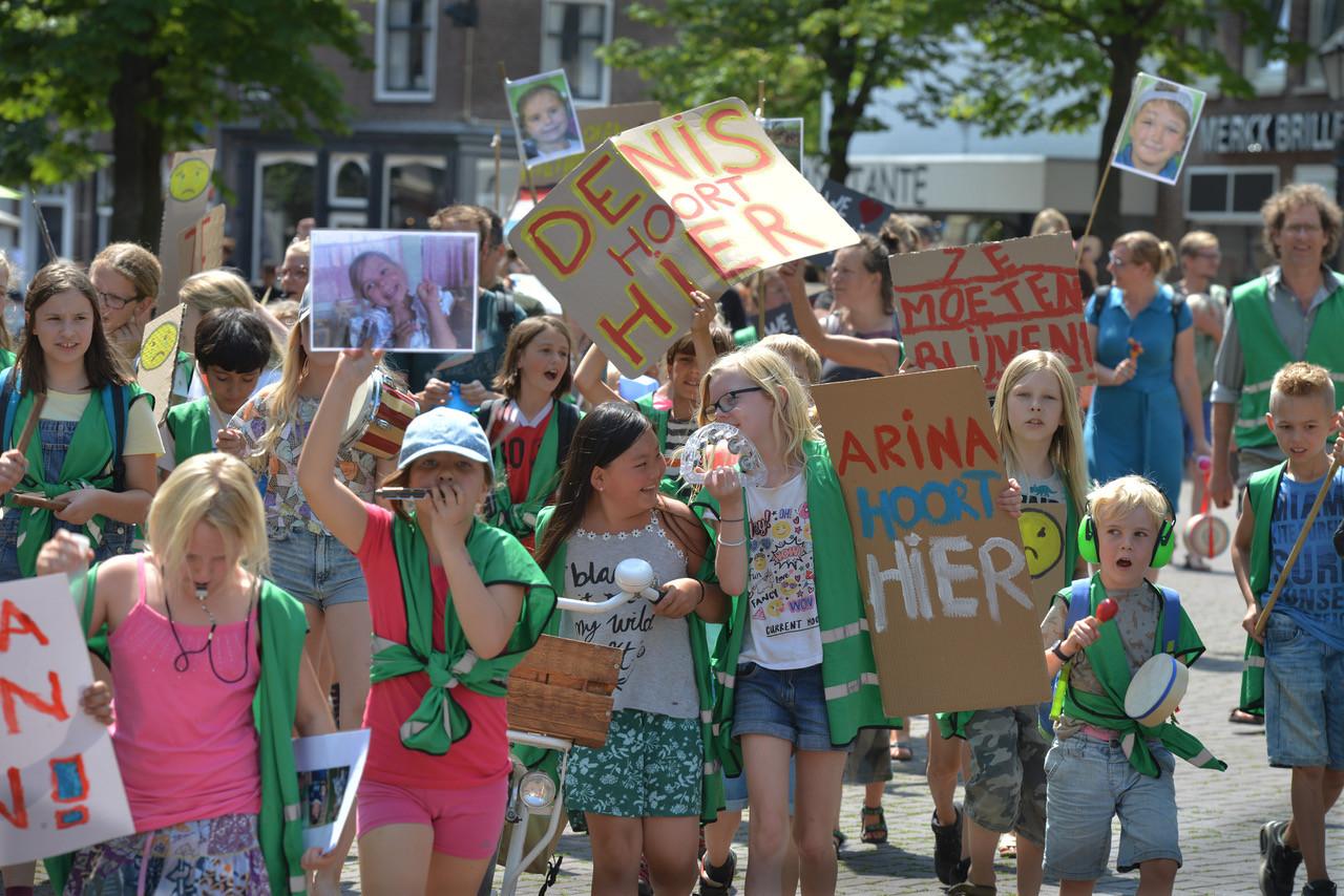 Leerlingen protesteren tegen de uitzetting van hun klasgenoten.