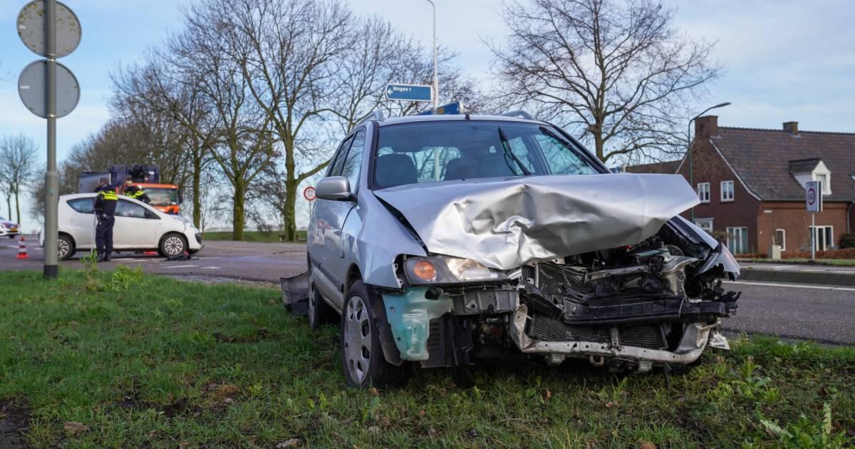 Veel schade na botsing tussen twee autos op kruising in Megen.
