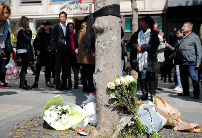 Bloemen op de plek waar de politieagent werd doodgeschoten.
