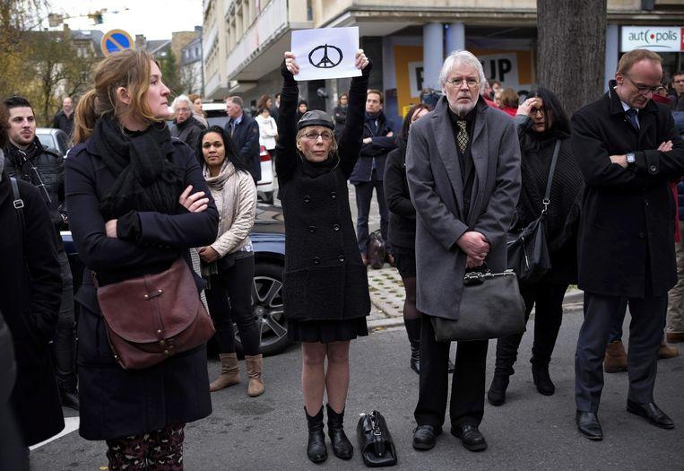 Luxemburg: een minuut stilte bij de Franse ambassade in de hoofdstad Luxemburg Beeld EPA
