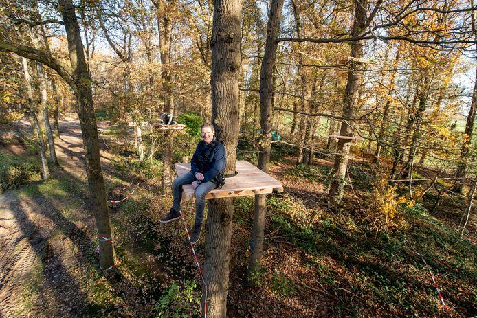 Ronny Langenkamp van Stichting Natuurlijk Heidepark in Lemelerveld zit op één van de plateaus van het nieuwe klimbos dat in het voorjaar van 2021 klaar is.