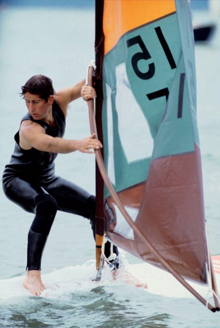 Action man Charles op de surfplank in 1978. Beeld Foto uit besproken boek