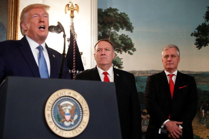 Donald Trump (links) in aanwezigheid van zijn veiligheidsadviseur Robert O'Brien (geheel rechts)