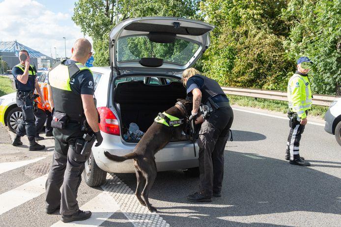 De politie kon het voertuig klemrijden aan afrit Deurne en doorzocht het met een drugshond.