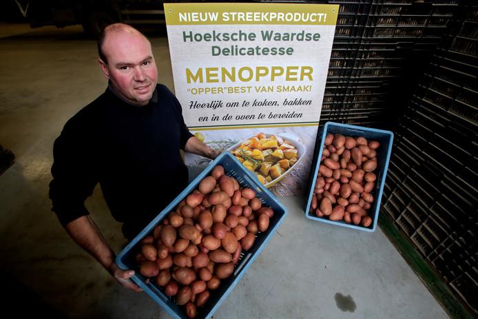 Aardappelhandelaar Ton Kruythof met de populaire Hoeksche Waardse menopper. ,,Deze nieuwe aardappelsoort is vastkokend en boterzacht.''