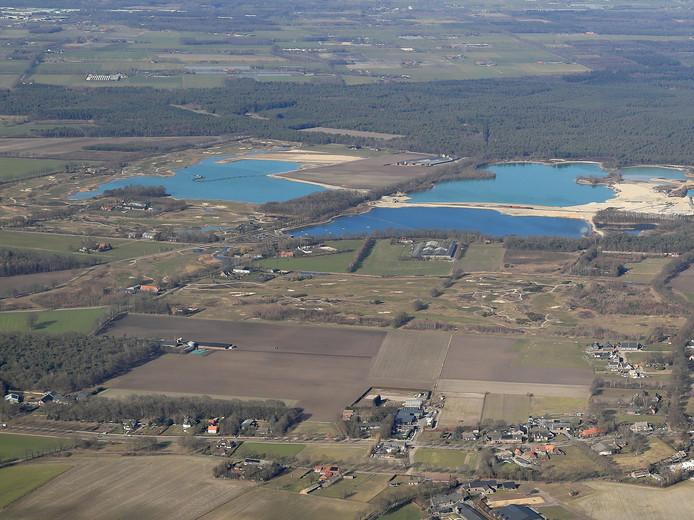 De Stippelberg-golfbaan in Bakel gezien vanuit de lucht, met vlak daarachter de Bakelse Plassen.