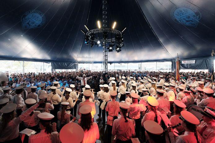Een van de onderdelen van  het Volksfeest in augustus: de grote feesttent op de Markt.