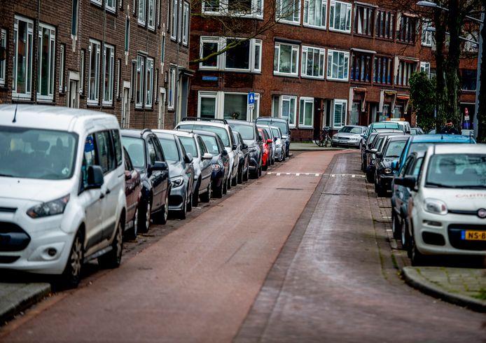 De Dorpsweg in Rotterdam staat aan de kant van Oud-Charlois bomvol.  Aan de kant van Carnisse, waar betaald parkeren geldt, is sinds 1 maart wel voldoende parkeerplek.