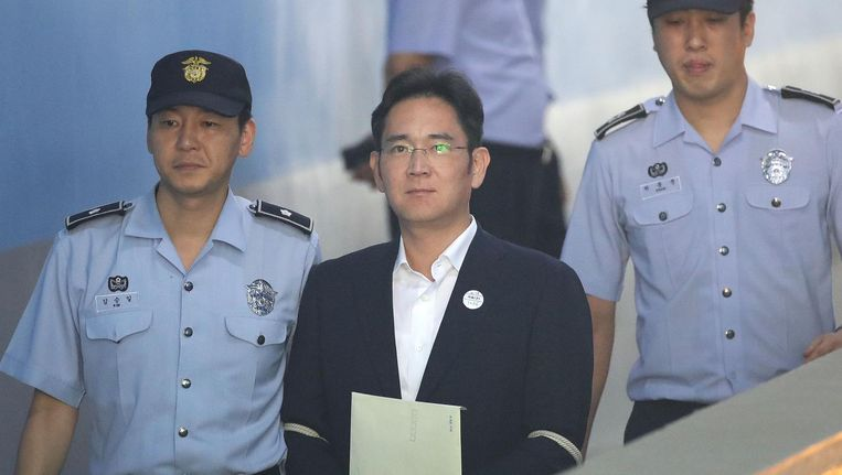 Lee Jae-yong wordt de rechtbank uitgeleid door agenten Beeld afp